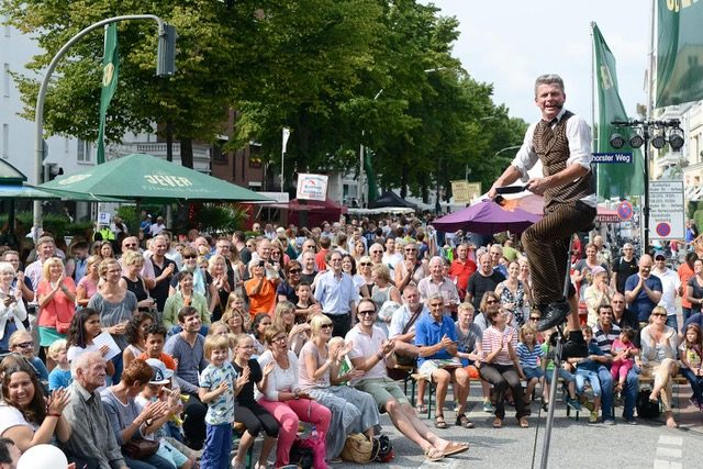 Straßentheater und begeisterte Zuschauer