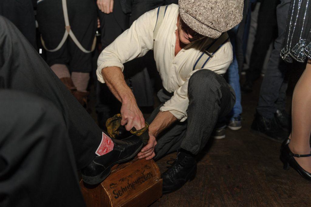 Der Schuhputzer in Aktion